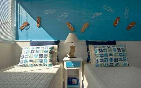 17. O projeto de quarto de solteiro de Idalia Daudt tem tons de azul e chinelos, com a cara da casa de praia.