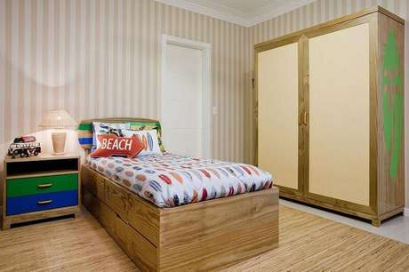 22. O quarto de solteiro da casa de praia tem pontos de cor e elementos do surf. Projeto por Priscila Koch.