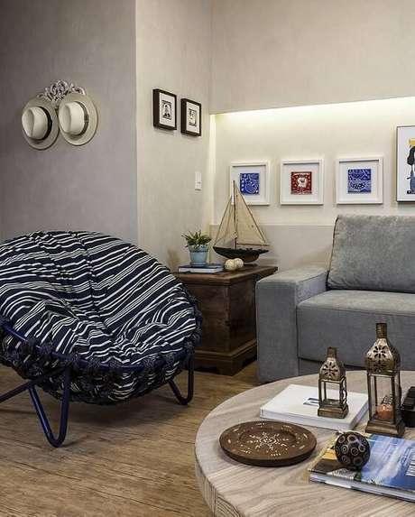 23. Nesta sala de estar de casa de praia, os detalhes como o chapéu e a miniatura de navio fazem a diferença. Projeto por Gabriele Luiz.