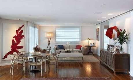 25. A madeira rouba a cena na sala de estar de casa de praia por Escala Arquitetura.