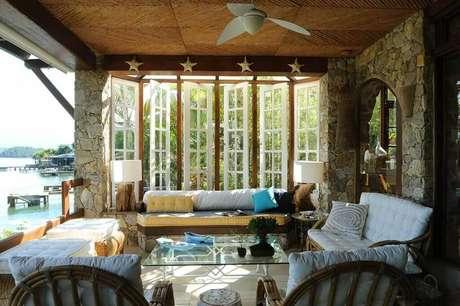 28. Uma sala de estar rústica também combina muito com casa de praia. Projeto por Urbano Studio.