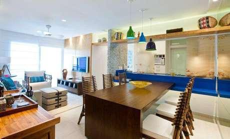 30. Sala de jantar de casa na praia com encosto de bambu. Projeto por Pepita e Paulo.