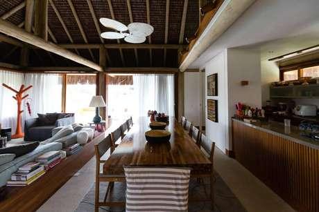 31. O telhado de palha da casa de praia leva a fundo o tema rústico. Projeto por AMC Arquitetura.