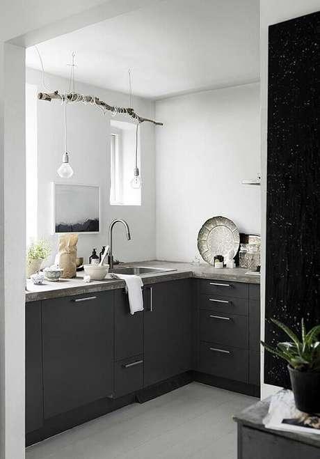 14. Decoração simples para cozinha compacta preta – Foto: Wood Save