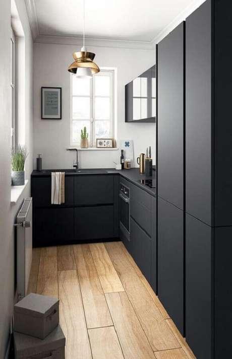 16. Invista em uma boa iluminação para a decoração da cozinha compacta preta – Foto: Pinterest