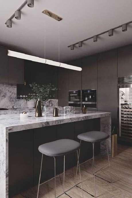 18. Decoração para cozinha preta planejada com ilha de mármore – Foto: Pinterest