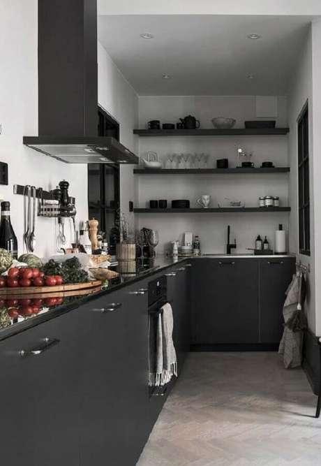 19. Cozinha planejada preta decorada com prateleiras – Foto: Futurist Architecture