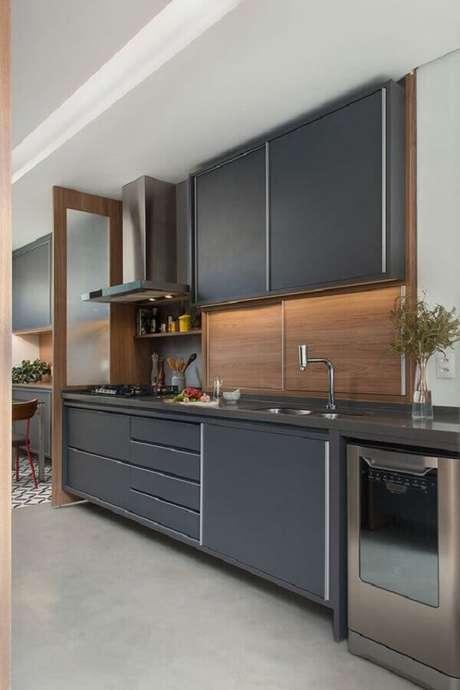20. Cozinha planejada preta decorada com revestimento de madeira – Foto: Casa de Valentina