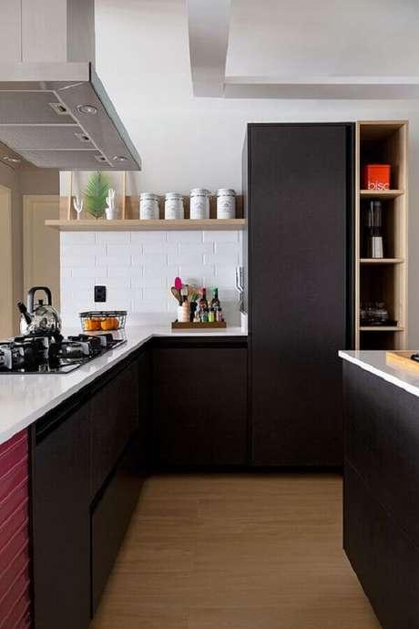 21. Cozinha planejada preta e branca com nichos e prateleiras de madeira – Foto: Casa de Valentina