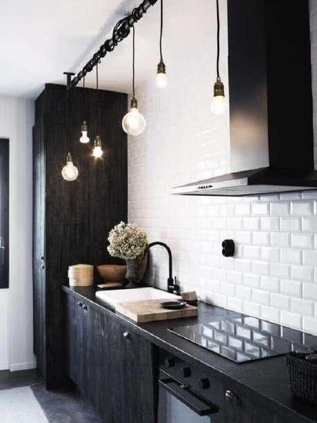 22. Cozinha planejada preta decorada com luminária pendente retrô – Foto: Apartment Therapy