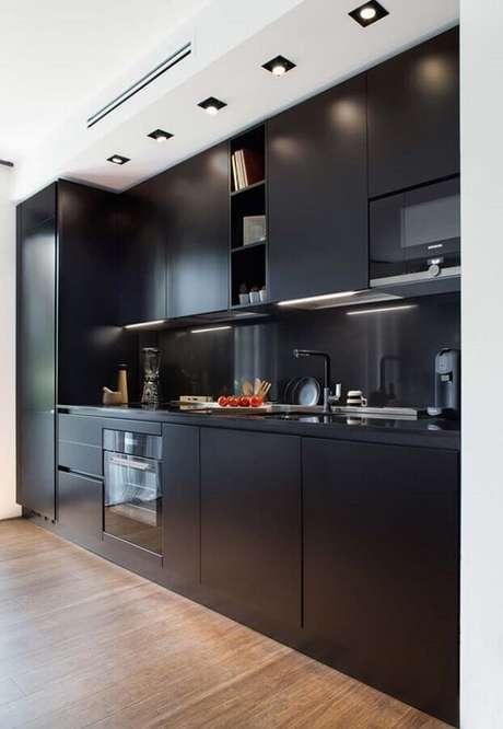 23. Armário de cozinha preto planejado com design moderno – Foto: Decoração de Casa