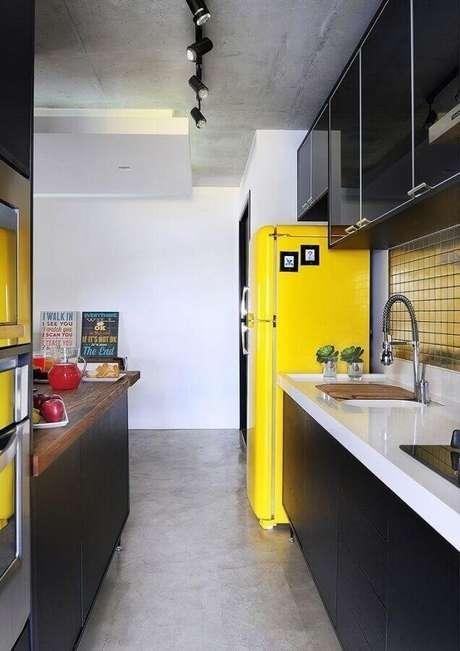 29. Invista na decoração da cozinha preta e amarela para um ambiente mais descontraído – Foto: Crisriane Rodrigues