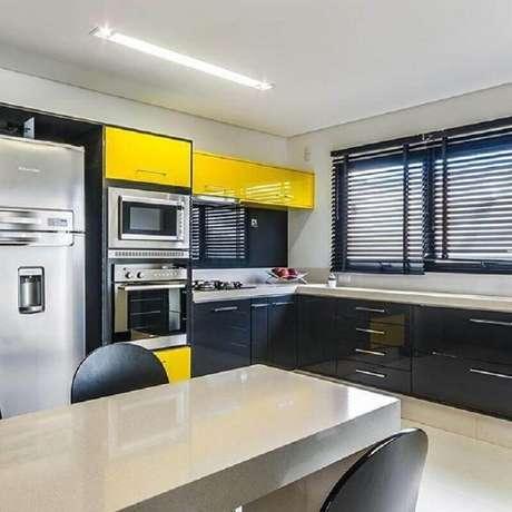 30. Decoração para cozinha preta e amarela ampla – Foto: Dell Anno Home Styling