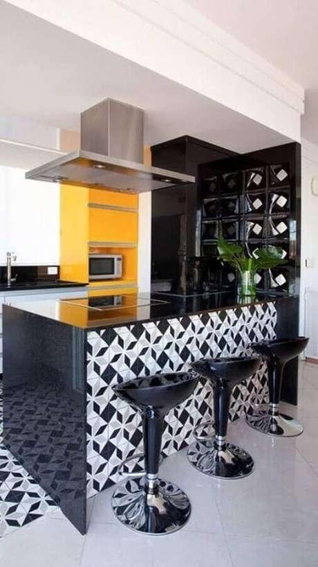 31. Decoração para cozinha preta e amarela com ilha decorada com revestimento branco e preto – Foto: Decorando com Brilho