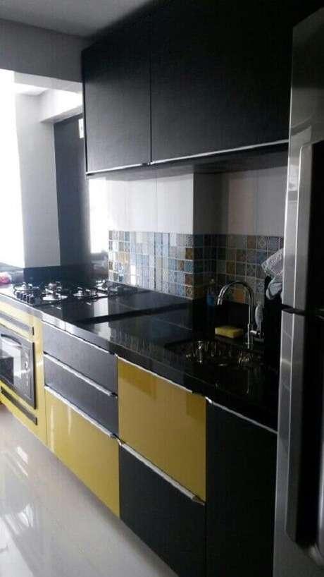 32. Decoração simples para cozinha preta e amarela pequena – Foto: Casa & Artesanato