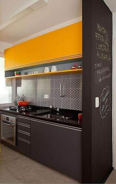 33. Cozinha preta e amarela pequena e moderna decorada com parede lousa – Foto: Pinterest