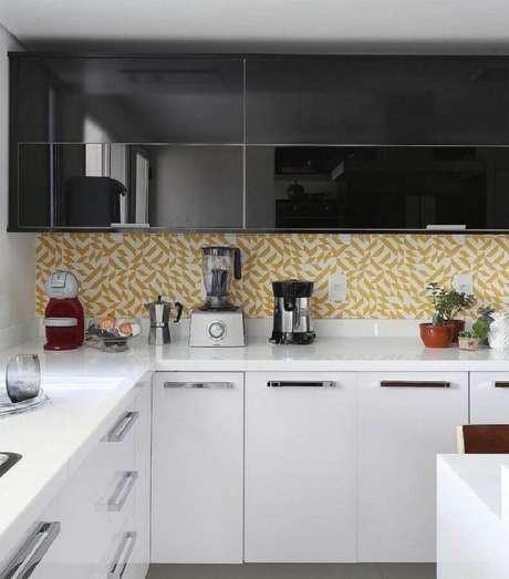 36. O revestimento com detalhes amarelos deram um toque mais alegre na decoração da cozinha preta e branca planejada – Foto: Antônia Armando de Araújo