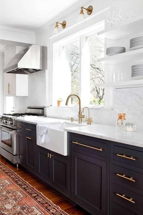 37. Decoração clássica e sofisticada para cozinha preta e branca com detalhes em dourado – Foto: Apartment Therapy