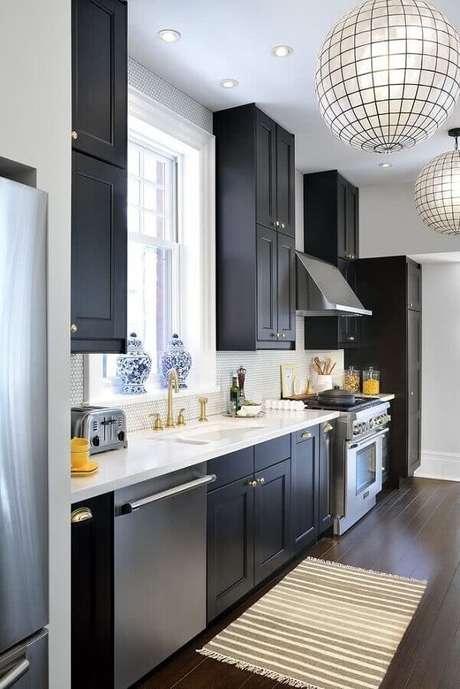 38. Invista em uma boa iluminação para a decoração da sua cozinha preta – Foto: Pinterest