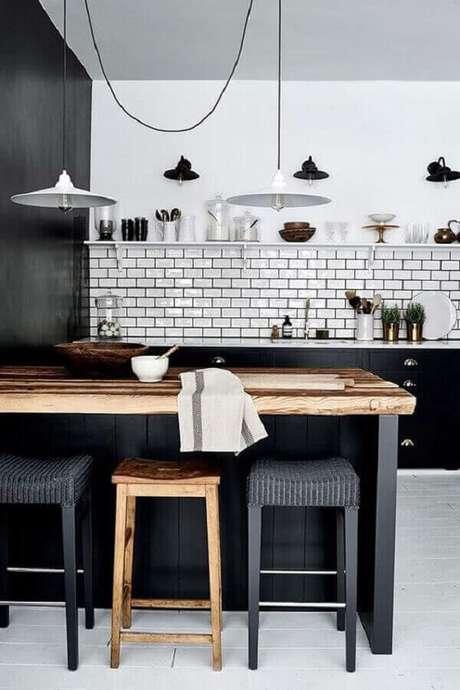 35. Decoração para cozinha preta e branca com bancada de madeira e pendentes brancos – Foto: Revista VD