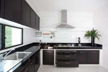 42. Decoração para cozinha preta e branca planejada – Foto: Pinterest