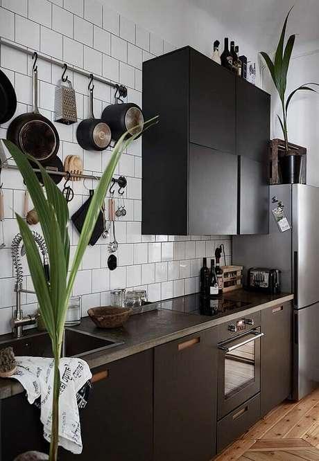 43. Invista em vasos de plantas para colocar um toque mais fresco na decoração da cozinha preta – Foto: Pinterest