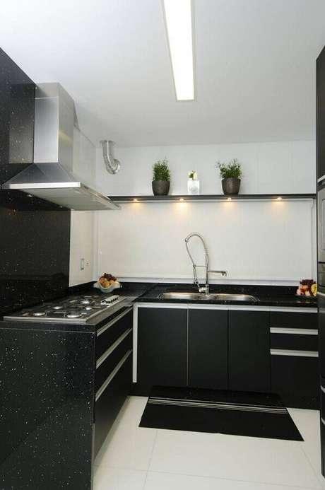 44. Decoração para cozinha preta e branca com iluminação embutida em prateleira – Foto: Webcomunica
