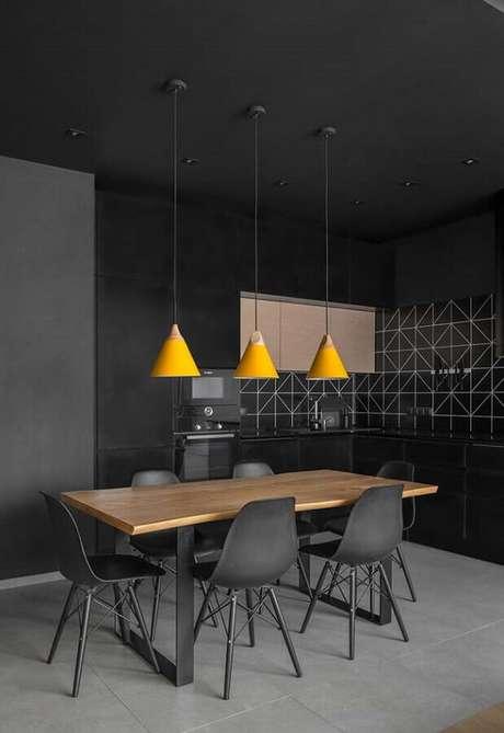 45. Decoração moderna para cozinha completa preta com mesa de madeira e pendentes amarelos – Foto: Wood Save