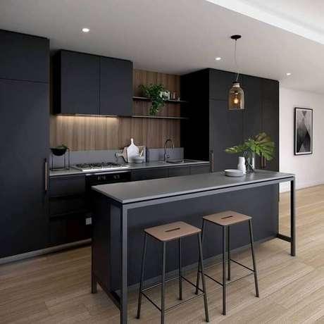 47. Decoração moderna para cozinha preta planejada com piso de madeira – Foto: Dicas Decor