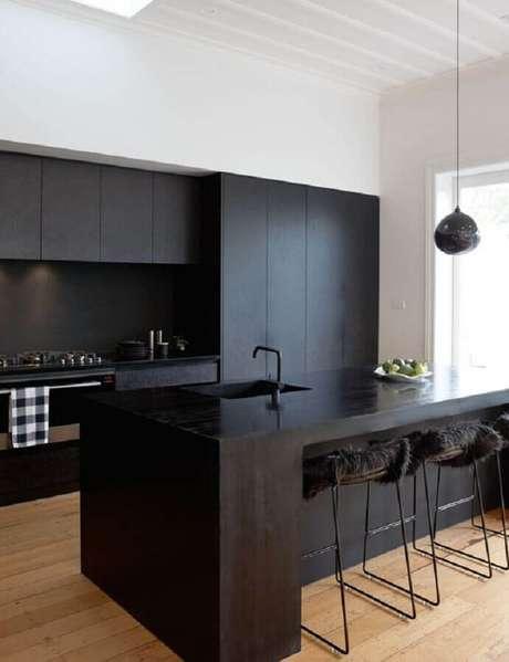 48. Decoração com banqueta preta para cozinha moderna e planejada com armários com acabamento fosco – Foto: Pinterest