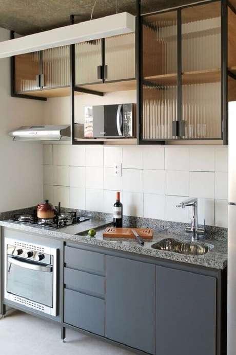 49. Cozinha compacta preta decorada com armário aéreo de vidro – Foto: HipDecor