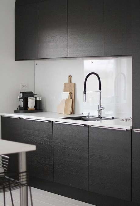 50. Decoração clean para cozinha compacta preta e revestimento branco – Foto: Pinterest