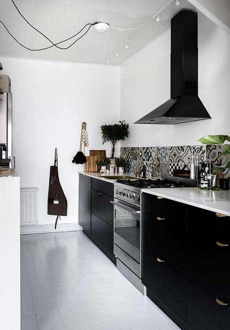 51. Decoração com armário de cozinha preto decorado com puxadores dourados – Foto: Ideias Decor