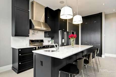 53. O pendente com design arrojado ganha destaque na decoração da cozinha completa preta – Foto: Decoratorist