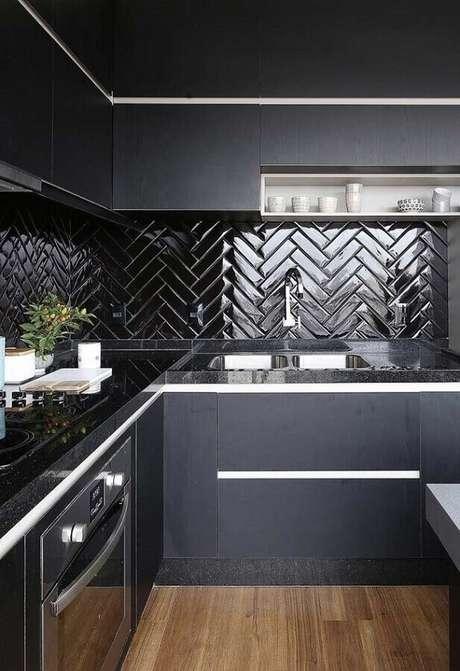 54. Decoração para cozinha preta com azulejo em formato de escama de peixe – Foto: Blog Archie