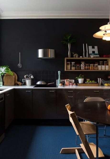 55. Decoração com piso azul para cozinha planejada preta com nicho de madeira – Foto: Apartment Therapy
