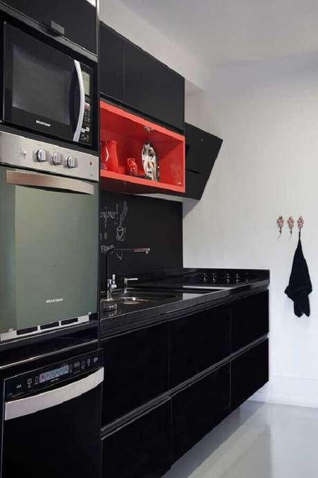 58. Nicho vermelho para decoração de cozinha planejada preta – Foto: Casa de Valentina
