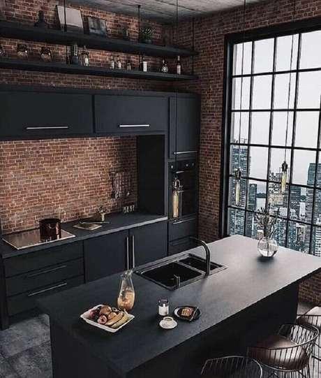 59. Invista em uma parede de tijolo à vista para trazer mais aconchego na decoração da sua cozinha preta – Foto: Pinterest