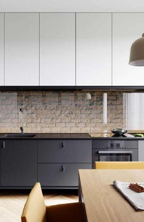 60. Decoração de cozinha preta e branca com parede de tijolinho – Foto: Pinterest