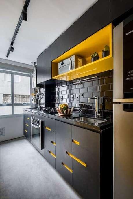 61. Decoração moderna para cozinha compacta preta e amarela com trilho de luz e subway tile preto – Foto: Assetproject