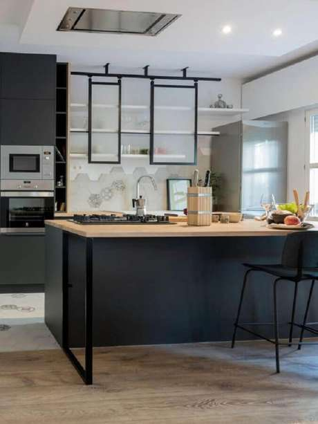 63. Ilha com bancada de madeira para decoração de cozinha preta e branca planejada moderna – Foto: Planete-deco