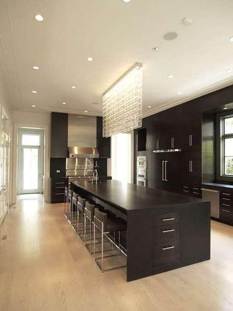 62. Lustre de cristal moderno para decoração de cozinha preta moderna – Foto: Home Decor