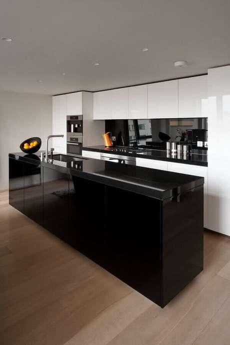 64. Cozinha preta e branca moderna planejada com ilha grande com pia – Foto: Houzz