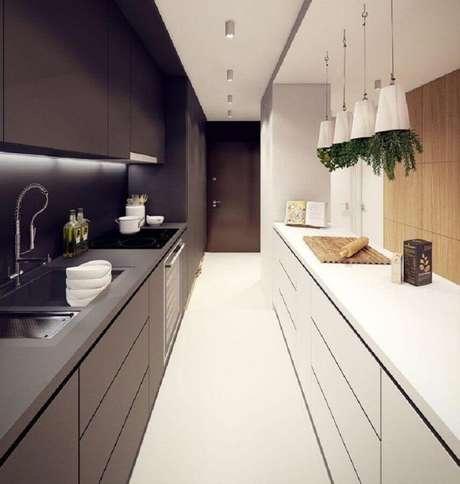 65. Decoração moderna para cozinha preta e branca planejada – Foto: Dicas Decor