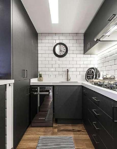 67. Cozinha compacta preta e branca planejada com subway tile – Foto: Casa & Decor