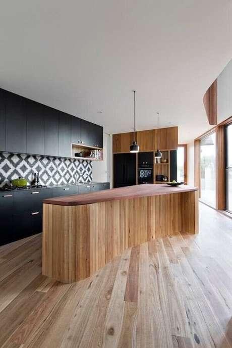 68. Ilha de madeira para decoração de cozinha preta com revestimento com desenhos geométricos – Foto: Auhuas Architecture