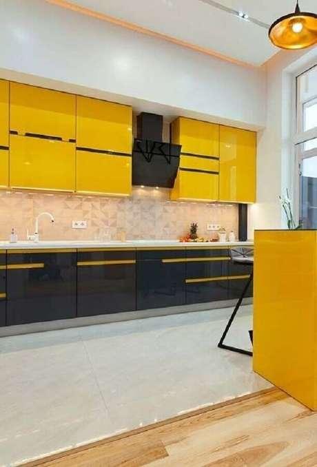 5. Decoração para cozinha preta e amarela super moderna com revestimentos em cores claras e neutras – Foto: Casa & Artesanato