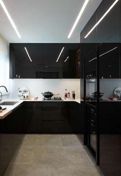 69. Decoração de cozinha preta e branca moderna planejada com armários com acabamento brilhoso – Foto: Webcomunica
