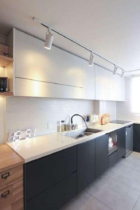 70. Trilho de luz para decoração de cozinha planejada preta e branca – Foto: Pinterest