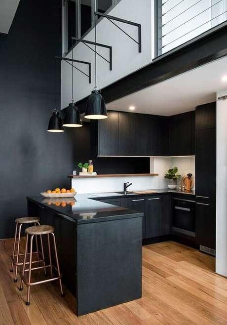 74. Decoração para cozinha planejada preta com pendentes sobre a bancada e revestimento branco para as paredes – Foto: Casinha Colorida